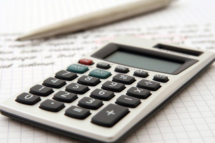 długopis, kalkulator, kartka, oszczędności