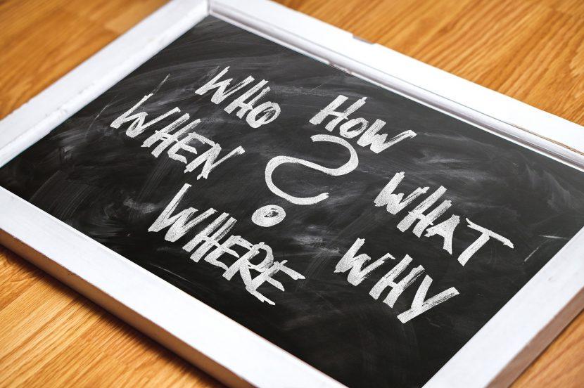 tablica, kreda, biurko. zapytania, znak zapytania