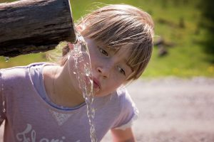 dziewczynka, słońce, koszulka, woda,